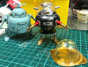 駄菓子の透明な容器を頭にして、古典SF映画のロボットのようにも。